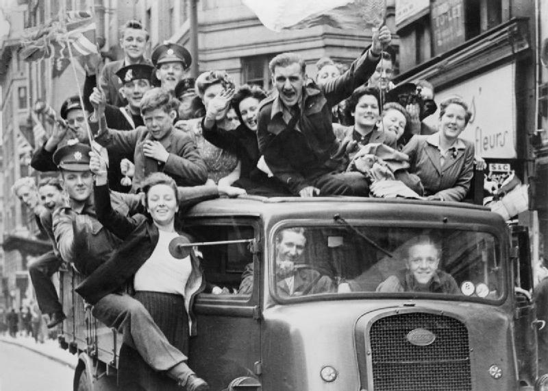 Ve_Day_Celebrations_in_London,_8_May_1945_HU41808